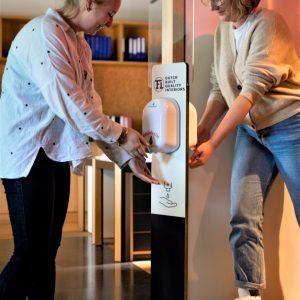 Hygiene zuil voor in- als uitgaande bezoekers